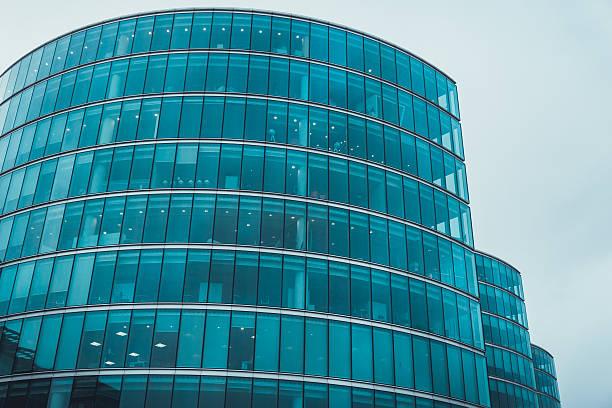 Immeuble de bureaux moderne avec partie de la façade de verre - Photo