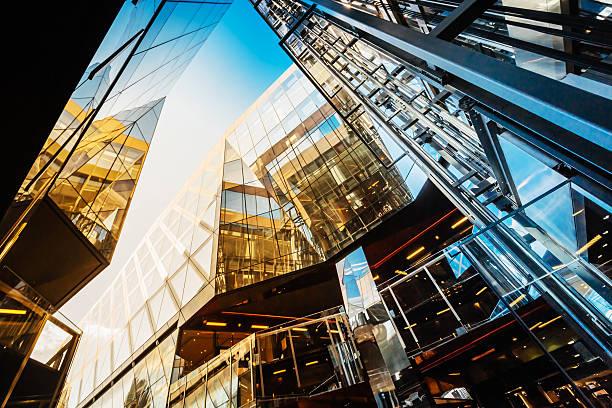 modern office buildings in london, uk - bank financieel gebouw stockfoto's en -beelden