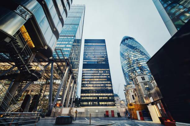 modern office buildings in london, uk - quartiere finanziario foto e immagini stock