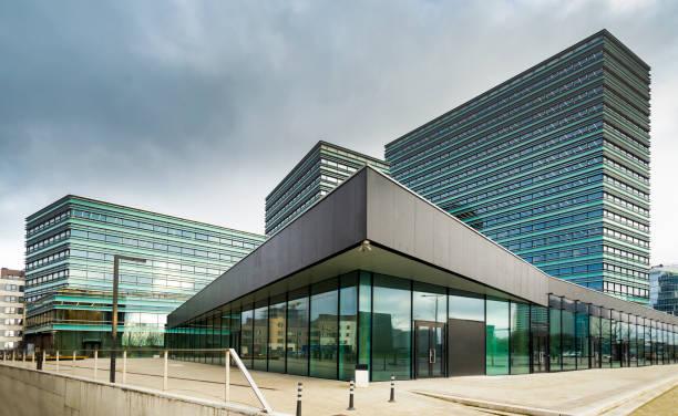 modernes bürogebäude glas und concret - fensterfront stock-fotos und bilder