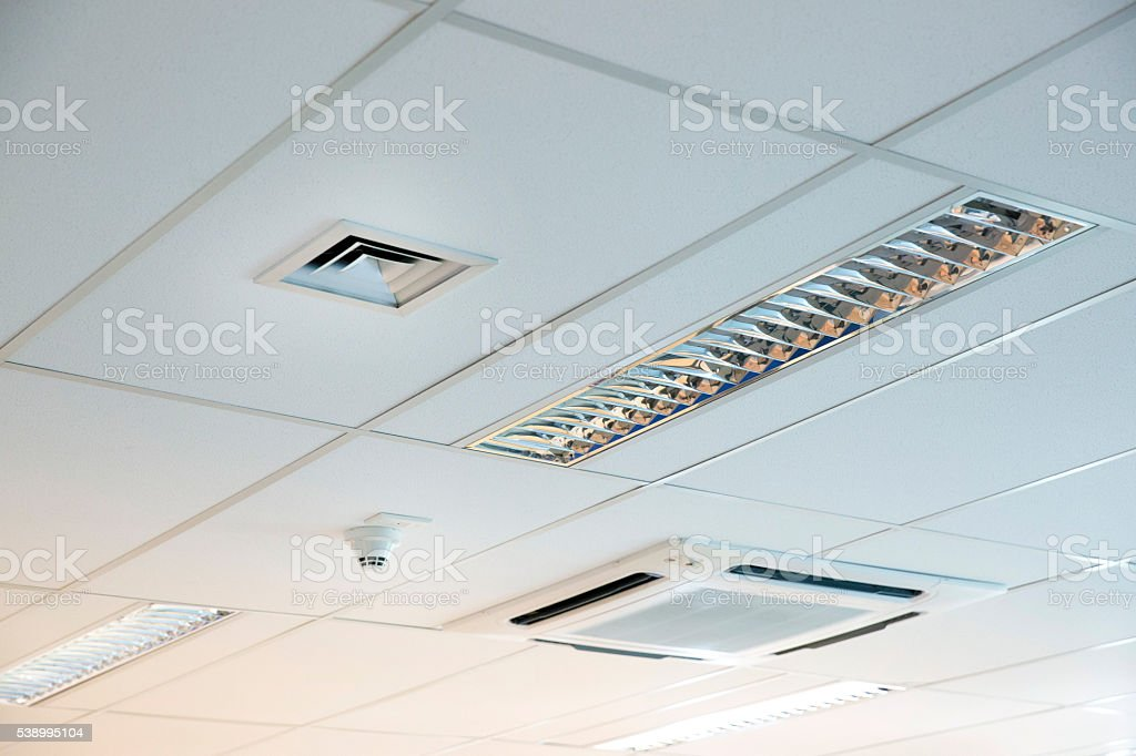 Modern Office Ceiling with Air Conditioning System and Ventilation Duct - foto de acervo