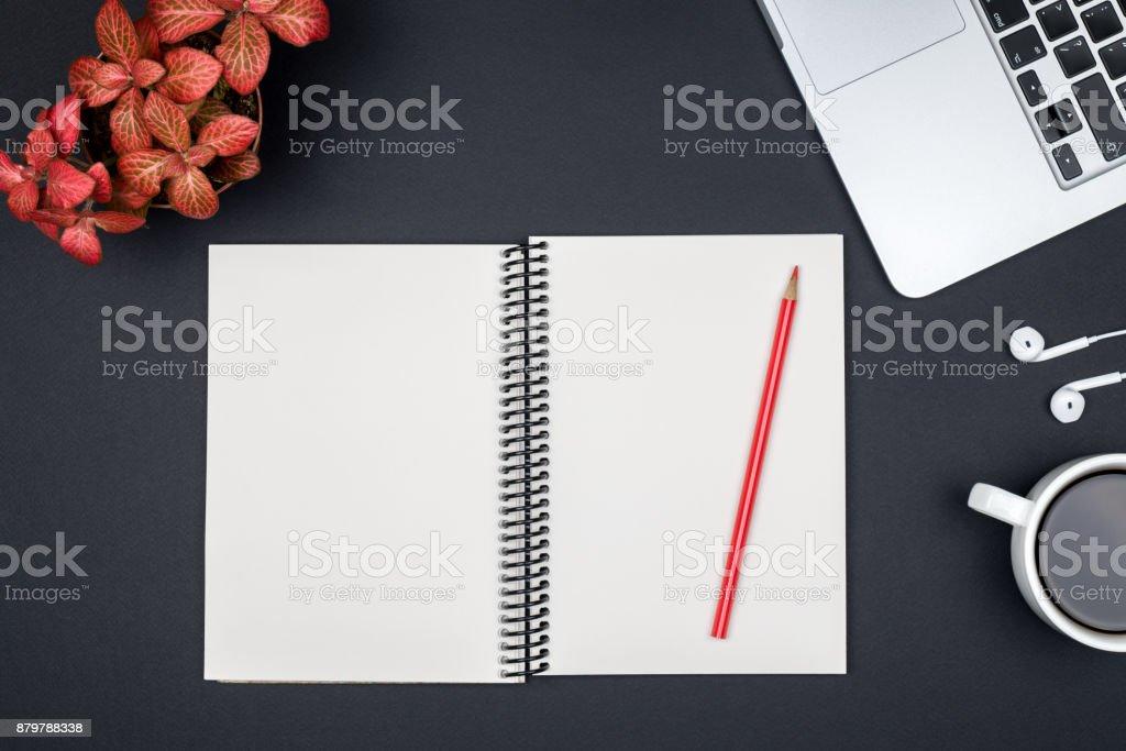 Table de bureau moderne bureau avec ordinateur page de cahier