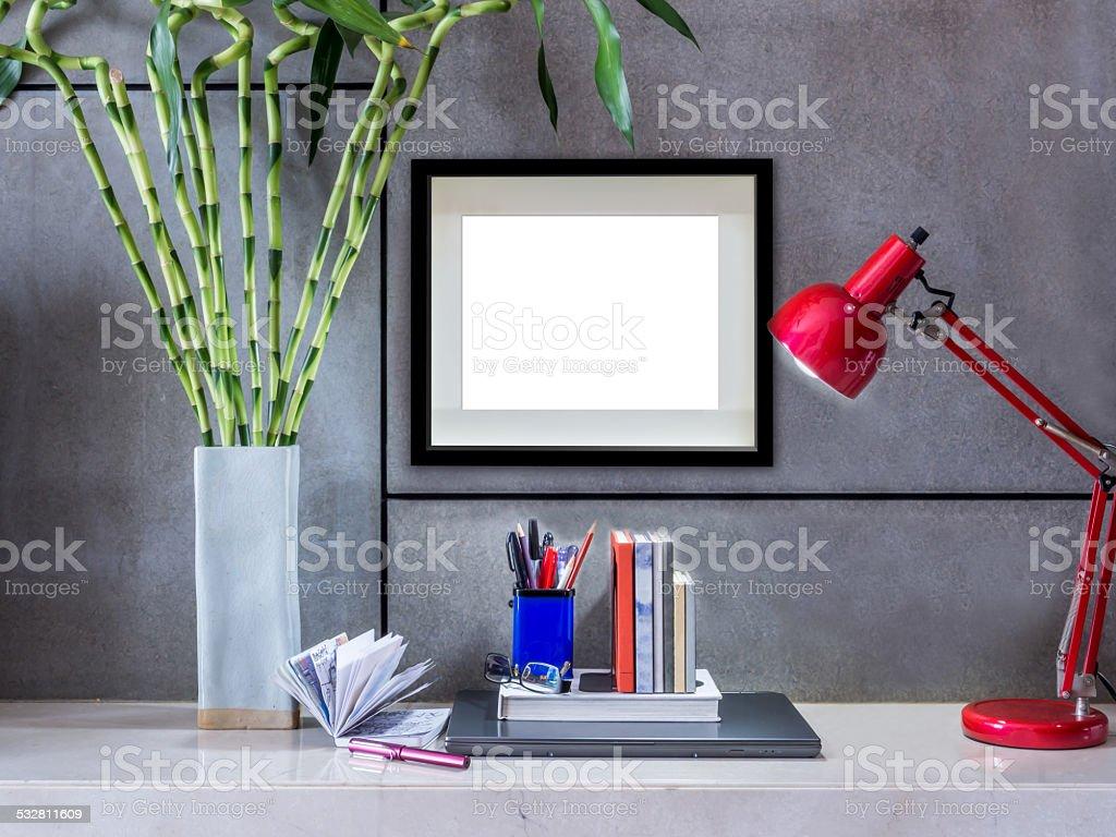 Moderne Schreibtisch Mit Laptop Lampe Und Leere Bilderrahmen ...