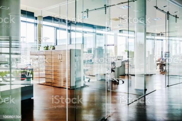 Modern office environment picture id1053501204?b=1&k=6&m=1053501204&s=612x612&h=sryx98xuwuhb1y 5svz7izlvzdvuotebefq7 aq51yq=