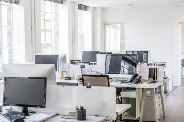 modernes büro mit großen fenstern und computer auf dem schreibtisch - raumteiler weiß stock-fotos und bilder