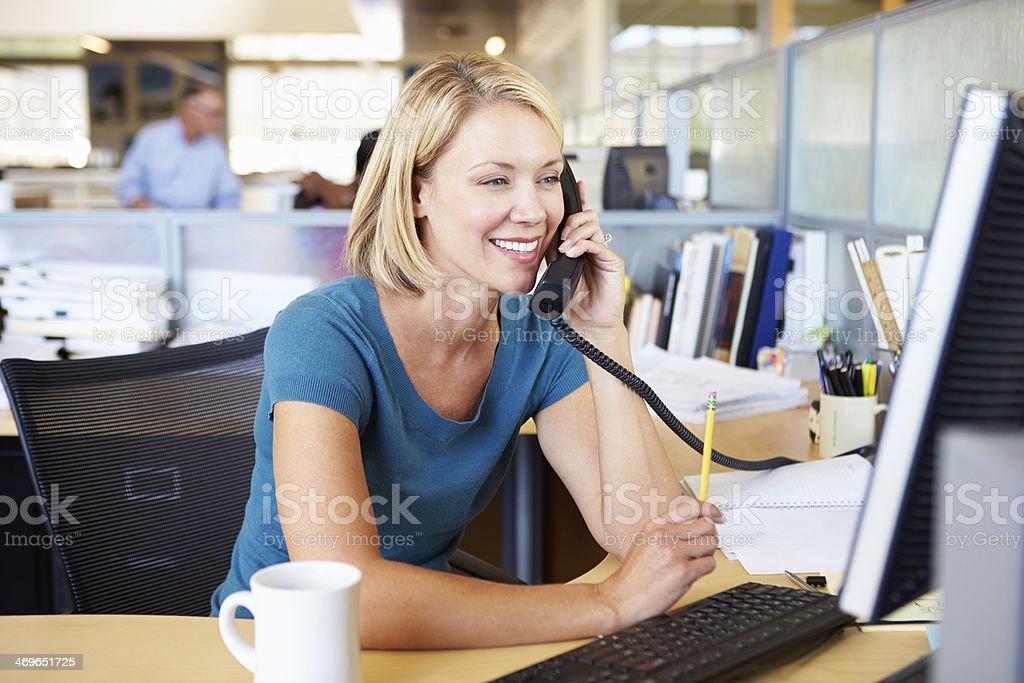 Moderne Büro mit Frau auf dem Telefon und computer - Lizenzfrei Am Telefon Stock-Foto