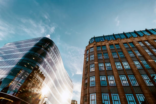 moderne büros und alte mitte des xx jahrhunderts gebäude nachbarschaft mit blauem himmelshintergrund. - fassadenschnitt stock-fotos und bilder