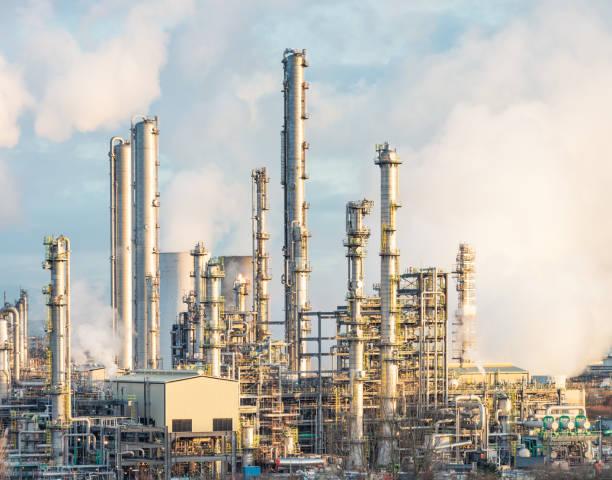 moderne öl-raffinerie-türme - destillationsturm stock-fotos und bilder