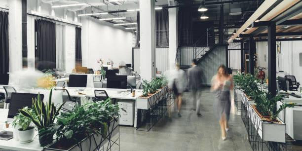 ぼやけビジネス部門の同僚とモダンなオープン スペースのオフィスのインテリア - オフィス ストックフォトと画像