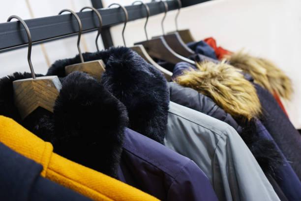 現代外衣在一個衣架上的商店。 - 冬天大衣 個照片及圖片檔