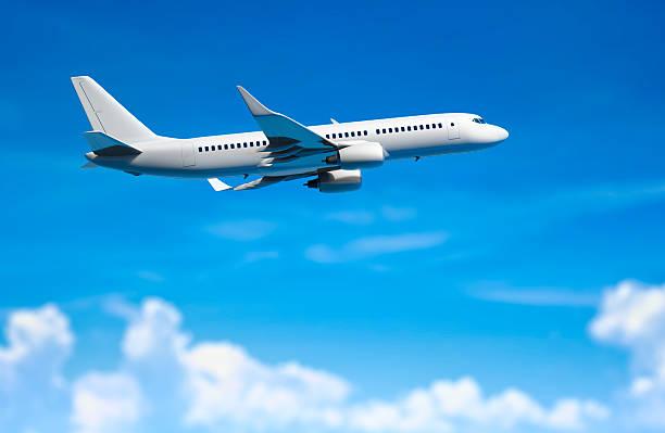 Moderne Passenger Flugzeug fliegen über den Wolken. – Foto