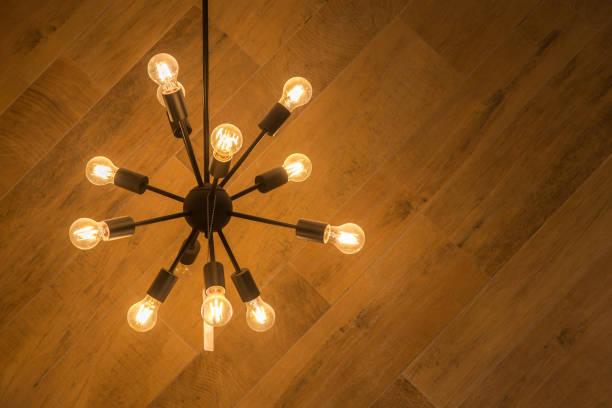 moderne pendelleuchte mit vintage glühbirne seitenansicht vintage lampe von der decke hängen - alten kronleuchter stock-fotos und bilder