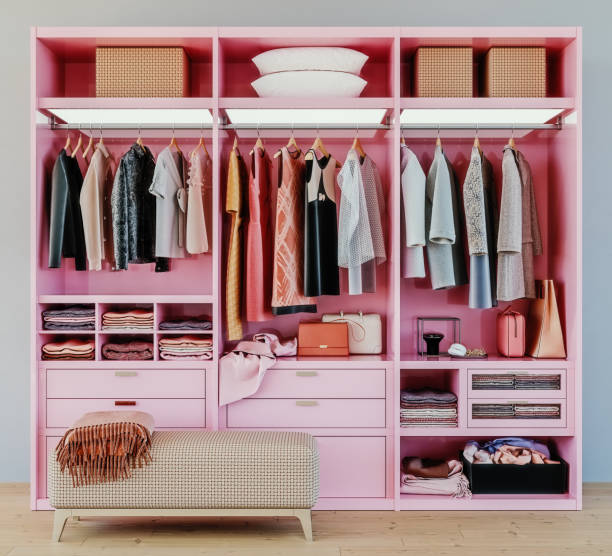 moderne roze garderobe met kleding opknoping op het spoor in walk in closet design interieur, 3d rendering - opruimen stockfoto's en -beelden