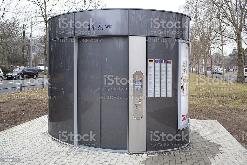 Moderne öffentlichen Toiletten in der Stadt – Foto