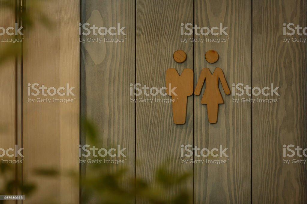 moderne öffentliche Toilette Schild an der Betonmauer – Foto