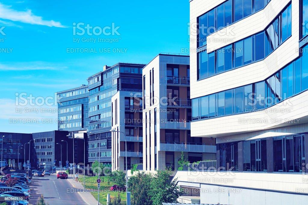 Quarto moderno de escritório e edifícios residenciais em Baltupiai - foto de acervo