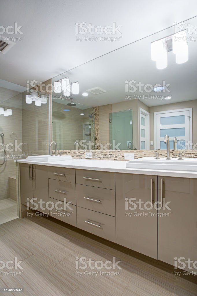 Erfrischend Modernes Badezimmer Mit Einer Beigen Dual ...