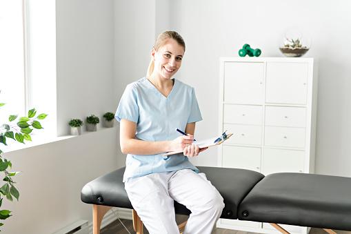 Einer Modernen Rehaphysiotherapie Im Raum Stockfoto und mehr Bilder von Alt