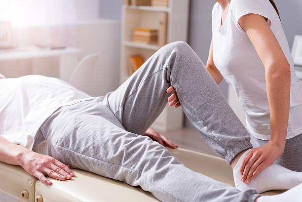 moderne rehabilitation physiotherapie - physiotherapie stock-fotos und bilder
