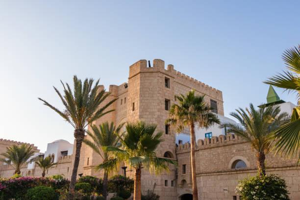 eine moderne replik des alten medina in yasmine hammamet, tunesien - urlaub in tunesien stock-fotos und bilder