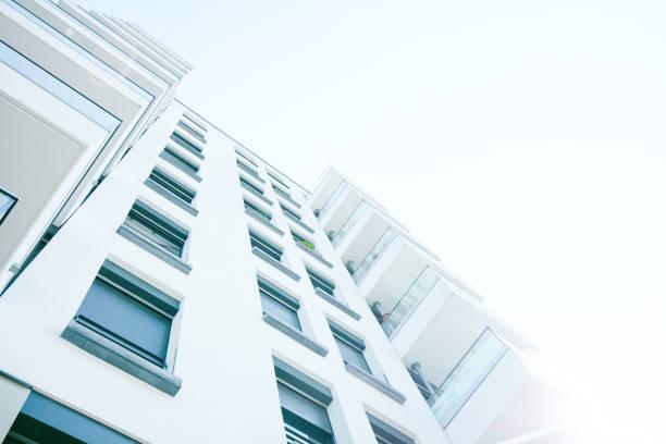 moderne wohnarchitektur - fensterfront stock-fotos und bilder