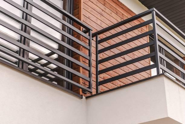 moderne woonkamer balkon - veiligheidshek stockfoto's en -beelden