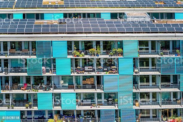 Edificio Residencial Moderno En Zurich Foto de stock y más banco de imágenes de Panel Solar