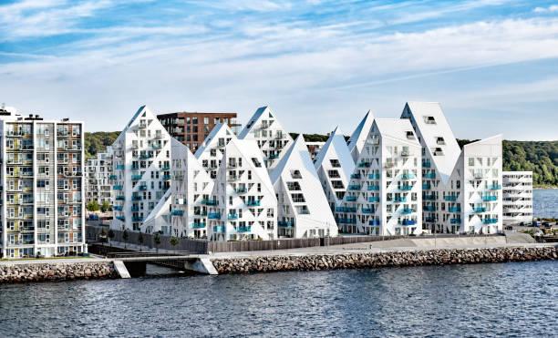 moderne wohngebäude am hafen von aarhus in dänemark - nordsee urlaub hotel stock-fotos und bilder