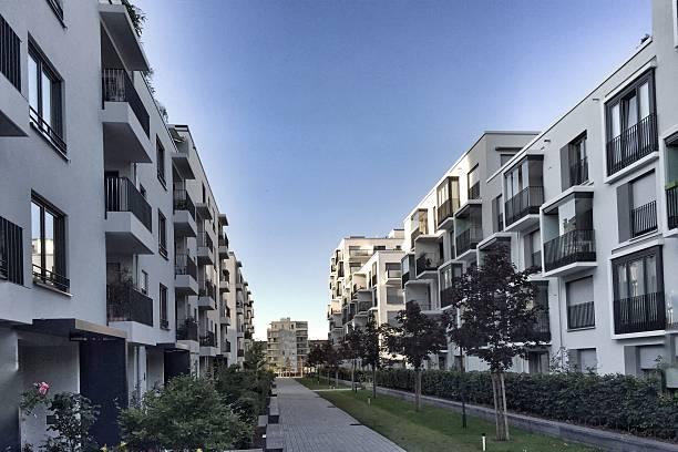 Edifícios residenciais modernas, fachada de uma nova casa com pouca energia - foto de acervo