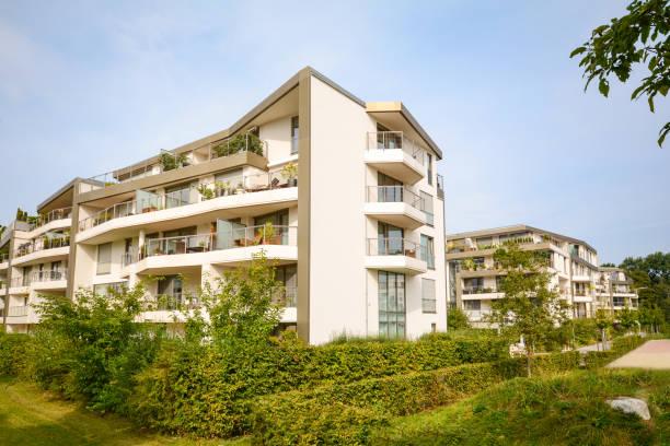 modernen wohnbauten, neue wohnhäuser mit grünen außenanlagen in der stadt - französische häuser stock-fotos und bilder
