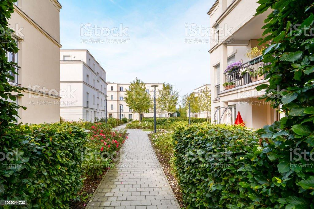 Modernen Wohnbauten mit neuen Wohnungen in einer grünen Wohngegend – Foto