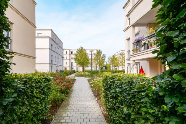 Modernos edifícios residenciais com apartamentos novos em uma área residencial verde - foto de acervo