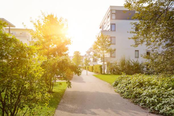 modernos edificios residenciales de apartamentos nuevos en una zona verde residencial - estilo de vida urbano fotografías e imágenes de stock