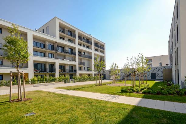 Modernen Wohnbauten mit Außenanlagen, Fassade des neuen Niedrigenergie-Häuser – Foto