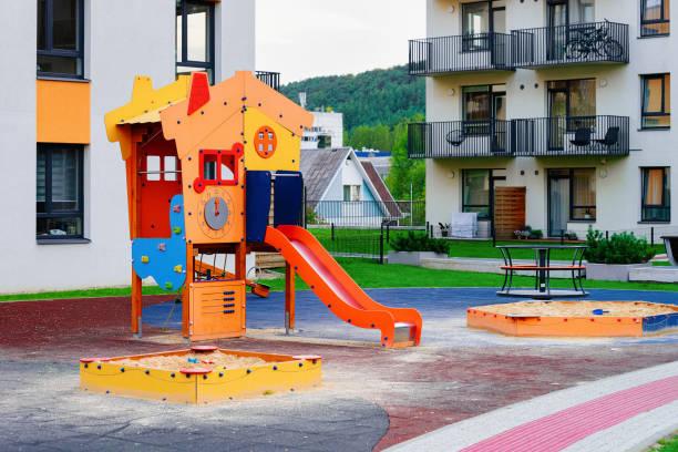 Casa residencial moderna casa apartamento edifício exterior crianças campo de jogos - foto de acervo