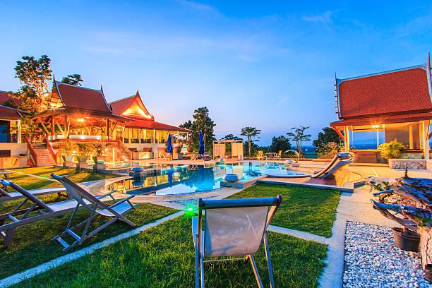 das moderne resort mit swimmingpool bei nacht - ferienhaus thailand stock-fotos und bilder