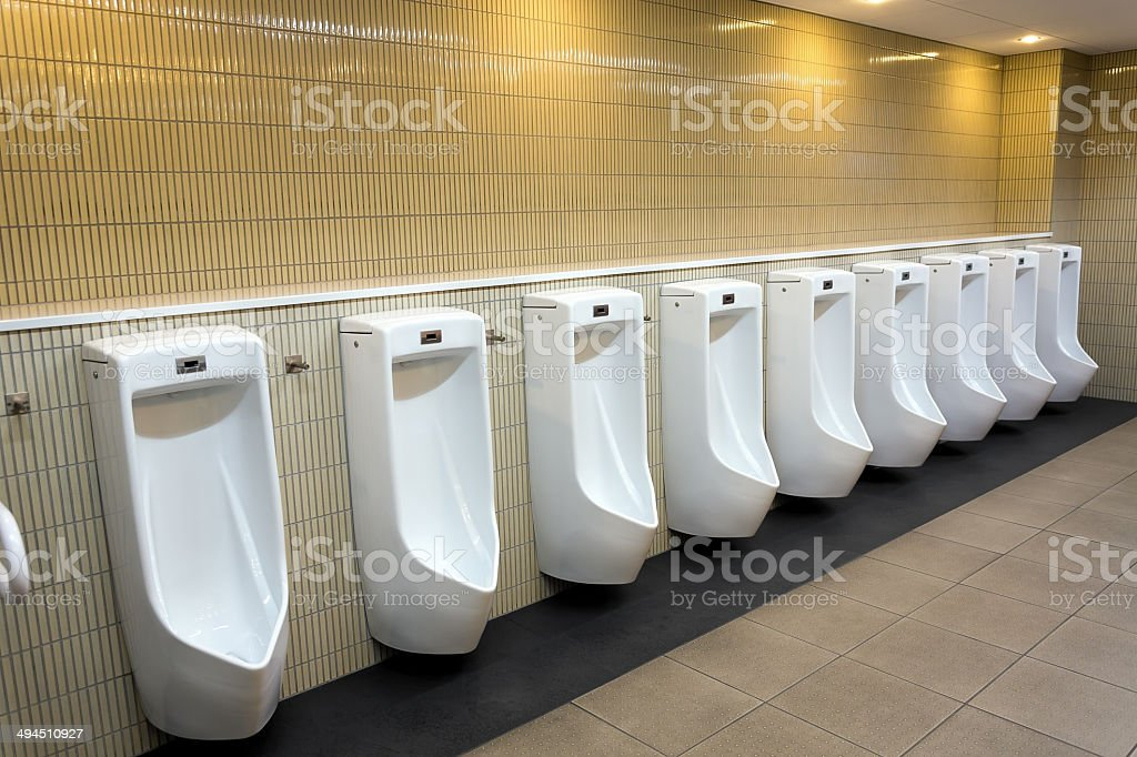 Modernes Badezimmer Interieur mit Pissoir row – Foto