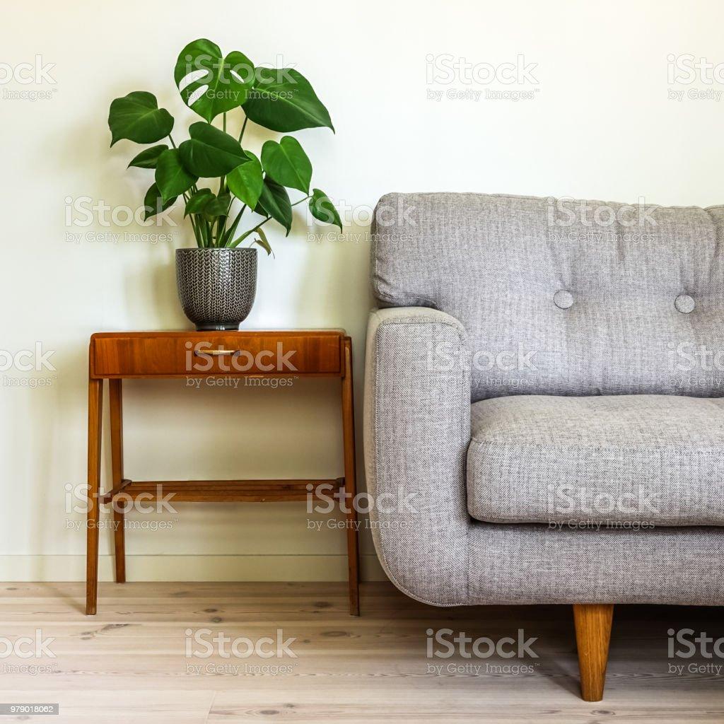 Modernen Retrointerieur Mit Grauen Sofa Und Vintage Tisch ...