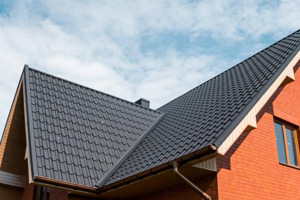 modernes dach gedeckt mit fliese wirkung pvc beschichtet braun metall dachplatten. - neue häuser stock-fotos und bilder