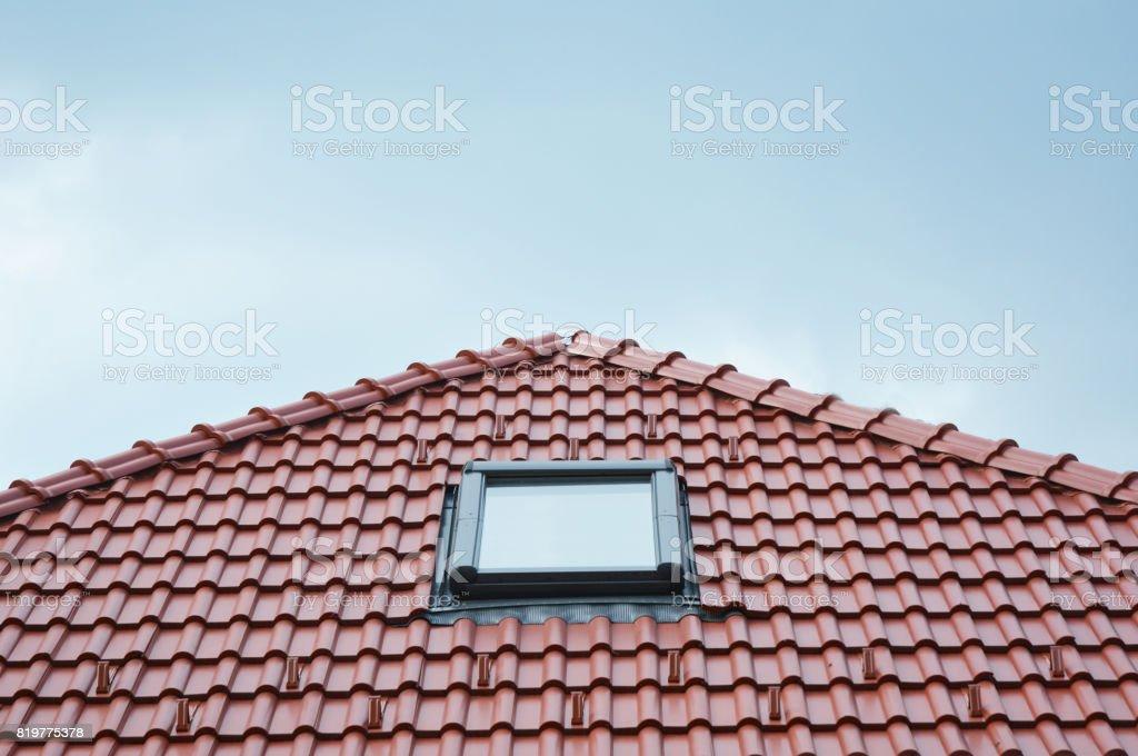 Fenêtre De Toit Moderne En Lucarne Sur Le Toit De Tuiles Terre Cuite  Céramique Maison Rouge