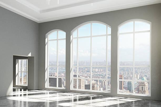modernes zimmer mit fenster-etage und blick auf die stadt - fensterfront stock-fotos und bilder