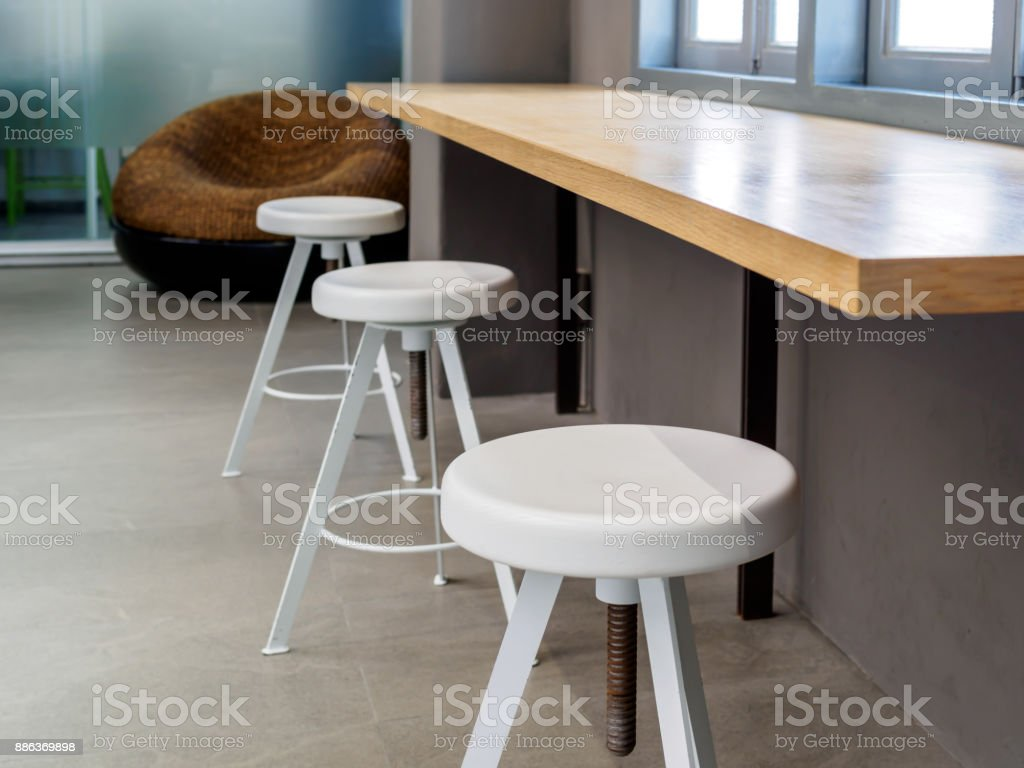 Photo de stock de tabouret rond moderne de comptoir en bois en