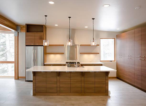 modernes rustikales ausgestattete küche - offene regale stock-fotos und bilder