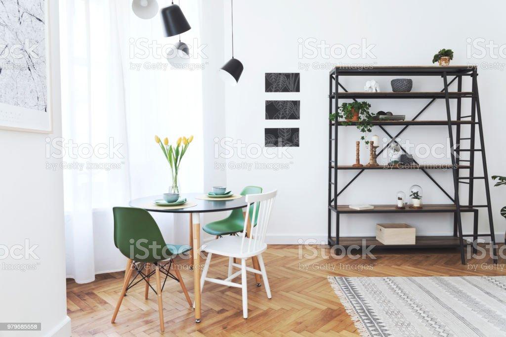 Modernen Skandinavischen Interieur Wohnzimmer Mit Tisch Und Viele Pflanzen.  Weiße Wände Mit Mock Up