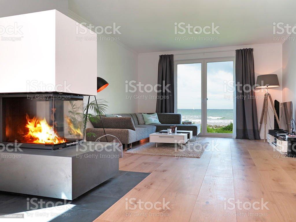 Modernes Strand Wohnzimmer mit Kamin – Foto
