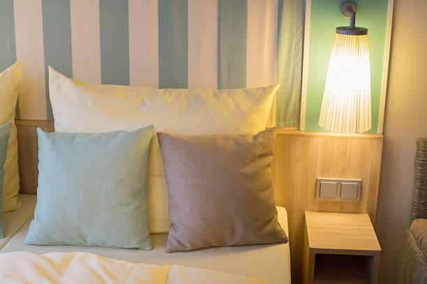 moderne schiff kabine mit doppelbett - nautisches schlafzimmer stock-fotos und bilder