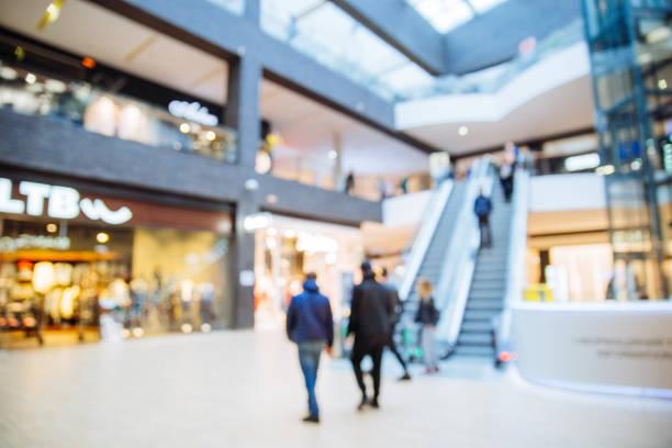 近代的なショッピング センターです。ぼやけています。焦点の外。 - ショッピングセンター ストックフォトと画像
