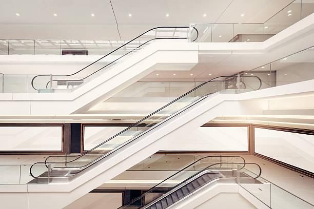 moderno centro commerciale scale mobili - escalator foto e immagini stock