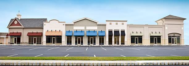 moderno centro comercial tienda frente vista panorámica con vacío estacionamiento - fachada arquitectónica fotografías e imágenes de stock