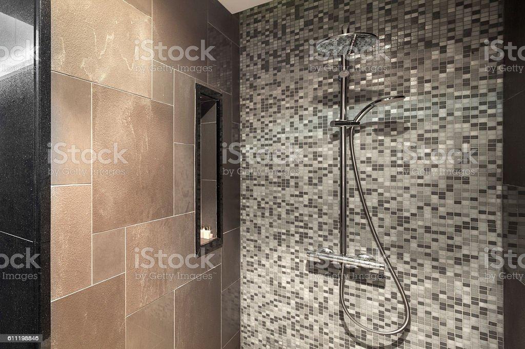Moderne Duschkopf im Badezimmer – Foto